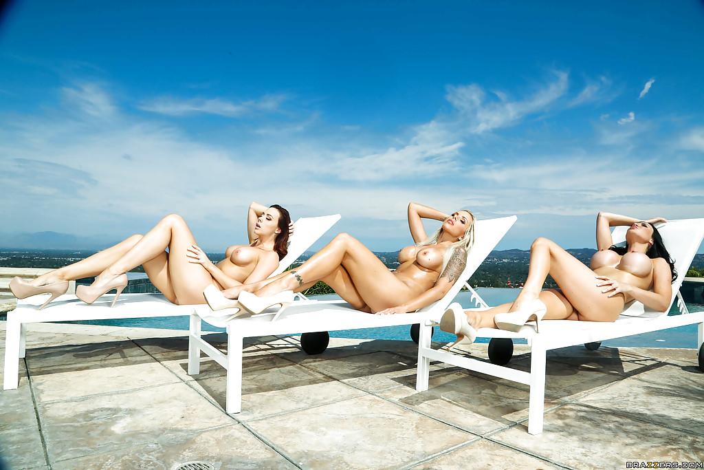 Три грудастые мамочки загорают голышом у бассейна 11 фото
