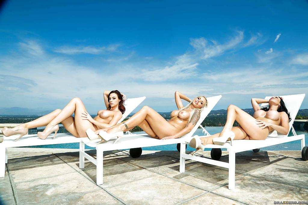 Три грудастые мамочки загорают голышом у бассейна 12 фото