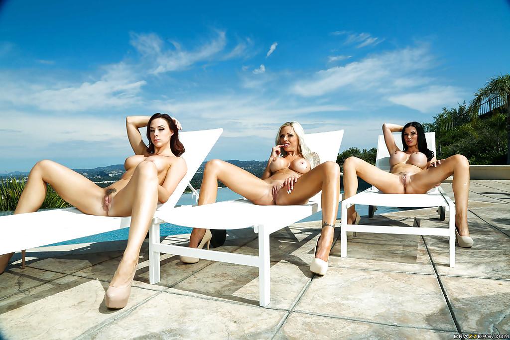 Три грудастые мамочки загорают голышом у бассейна 13 фото