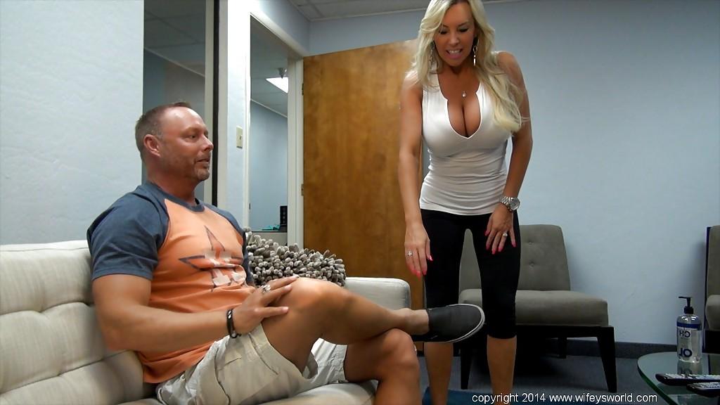 Грудастая милфа сделала смачный минет мужу и проглотила сперму 1 фото