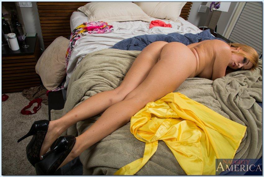 Мамочка с большой задницей раздевается в спальне 13 фото