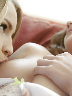 Нежный секс красивых девушек на диване