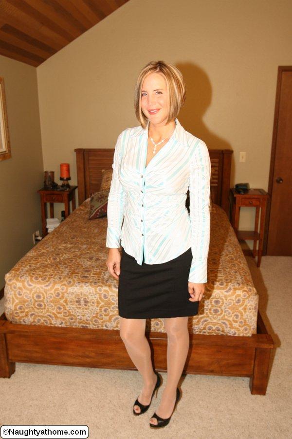 Грудастая домохозяйка раздевается перед мужем в спальне 1 фото