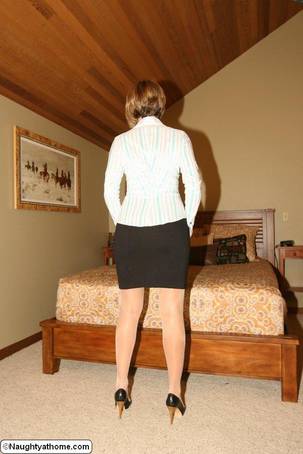 Грудастая домохозяйка раздевается перед мужем в спальне 3 фото