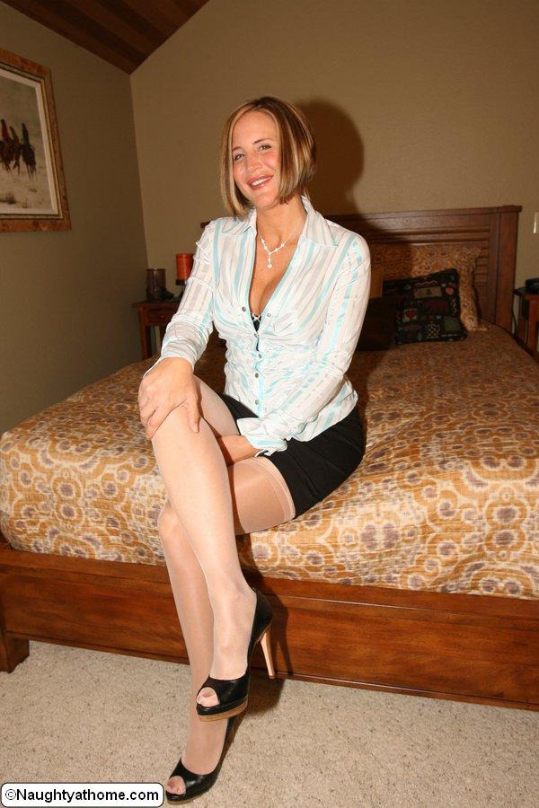 Грудастая домохозяйка раздевается перед мужем в спальне 8 фото