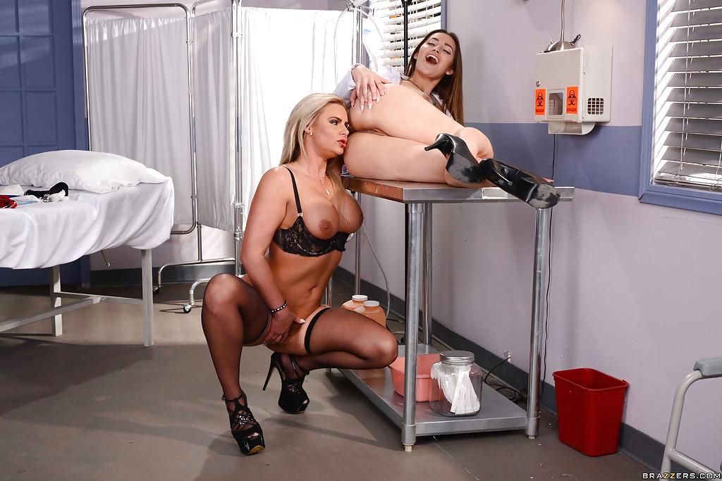 Похотливая пациентка трахается с медсестрой в кабинете 12 фото