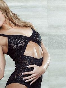 Девушка снимает кружевное сексуальное белье позирую в душе