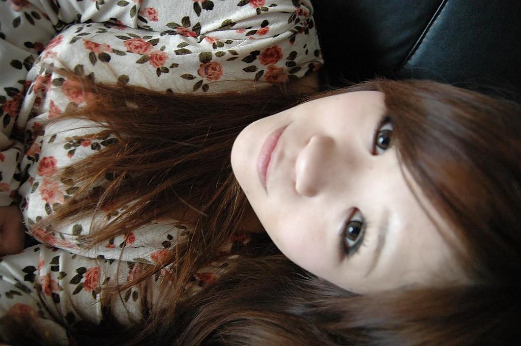 Молодая азиатка раздевается и позирует голой на кровати 2 фото