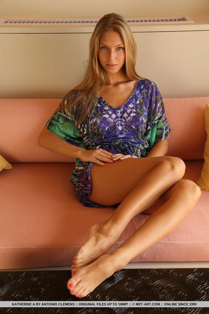 Русская модель с бритой киской раздевается на диване 1 фото