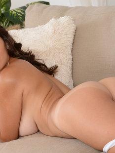 Красивые лесбиянки Dylan Daniels и Shae резвятся на диване
