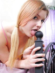 Девушка с большими сиськами мастурбирует бритую киску