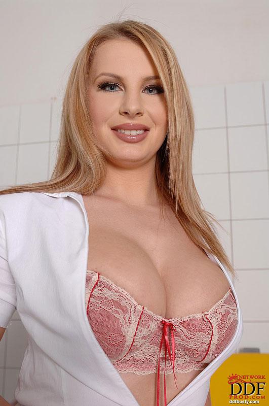 Медсестра в чулках оголяет свои большие сиськи 4 фото
