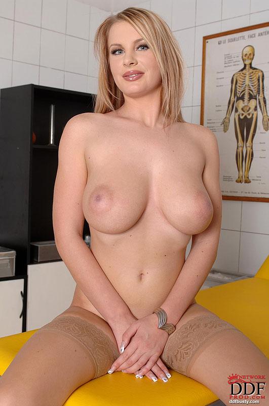 Медсестра в чулках оголяет свои большие сиськи 11 фото