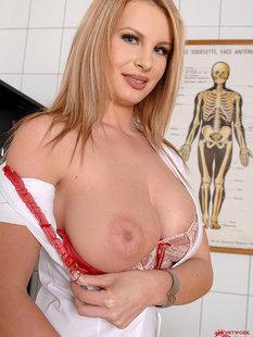 Медсестра в чулках оголяет свои большие сиськи