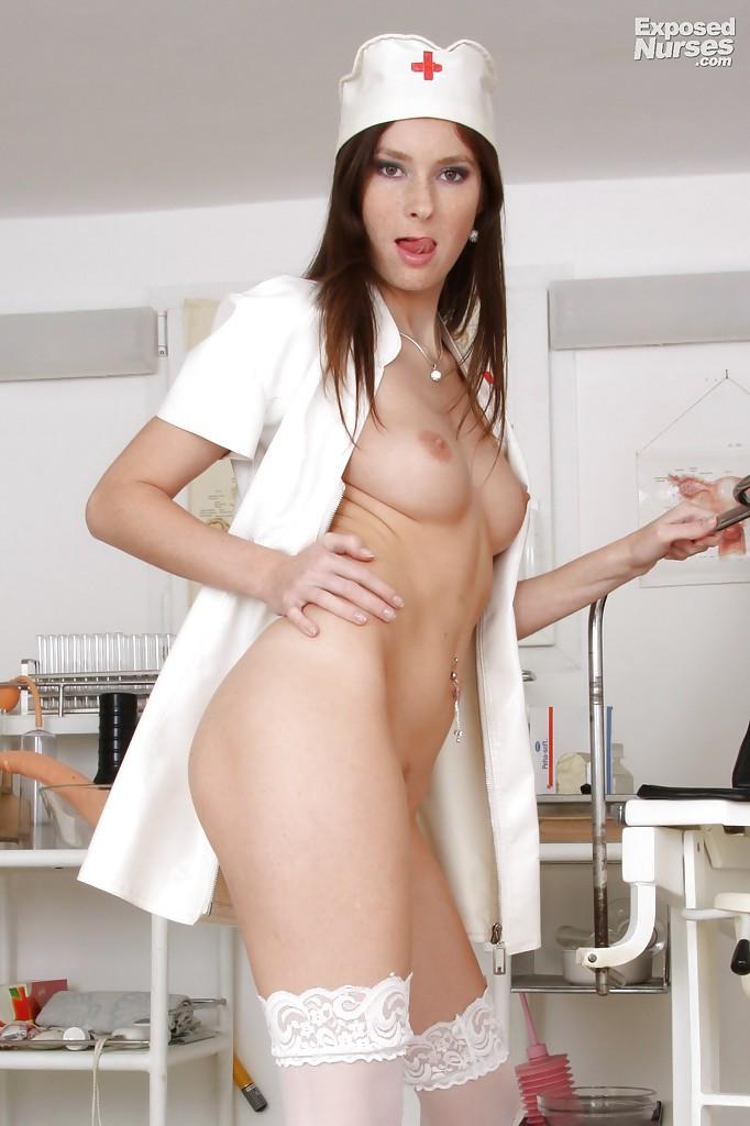 Молодая медсестра показывает розовую киску в кабинете врача 8 фото