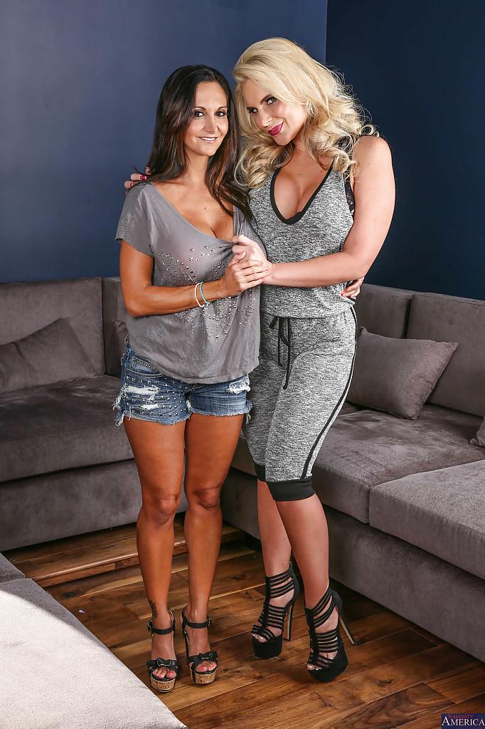 Грудастые милфы ублажают друг друга на диване 2 фото