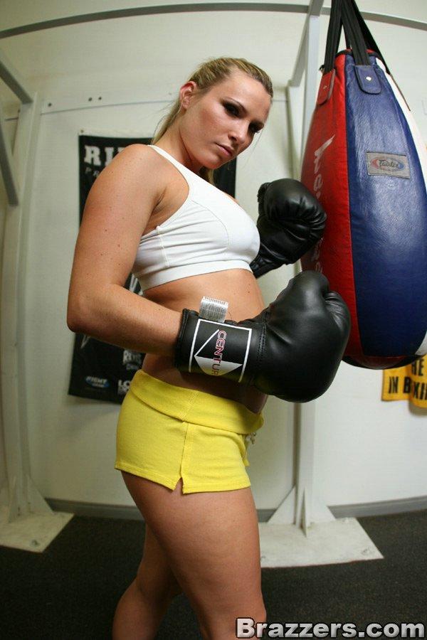 Спортивная милашка раздевается и позирует в боксерских перчатках в спортзале 7 фото