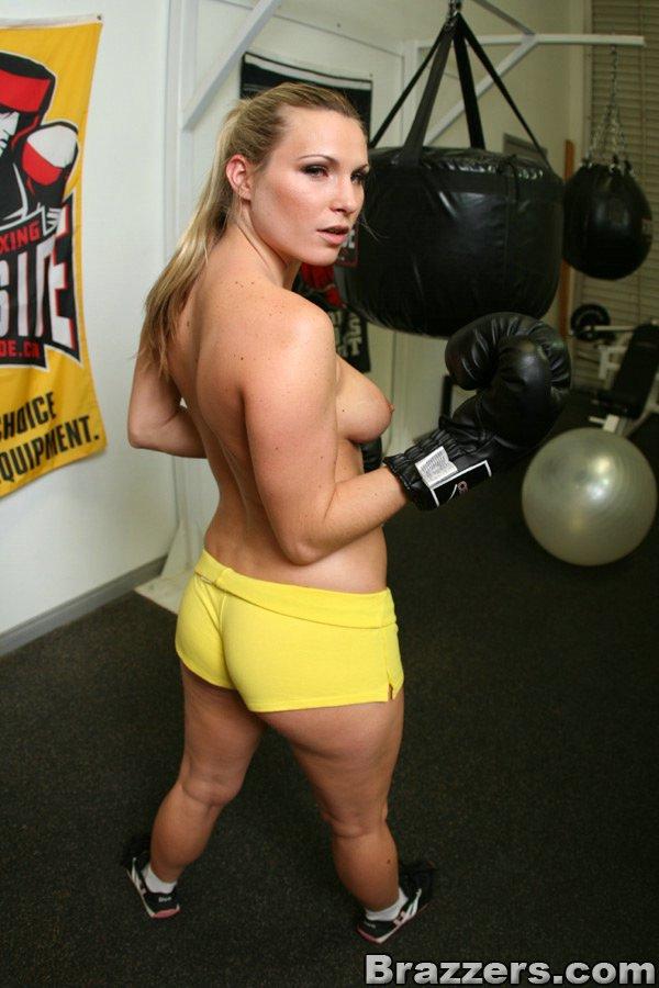 Спортивная милашка раздевается и позирует в боксерских перчатках в спортзале 13 фото