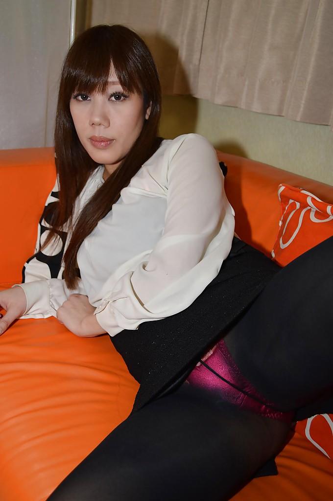Худенькая японка мастурбирует на кровати 1 фото