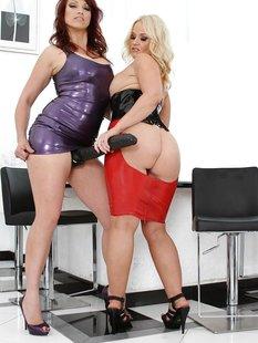 Зрелые лесбиянки в латексе веселятся с огромным страпоном