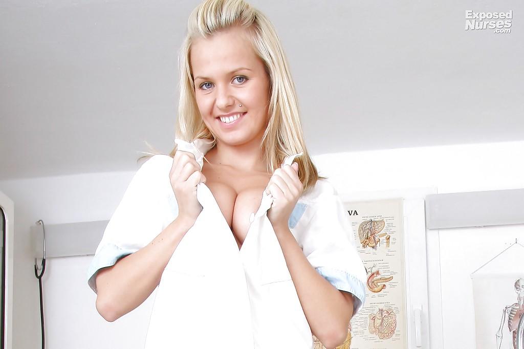 Девица с большими сиськами мастурбирует в кабинете врача 2 фото