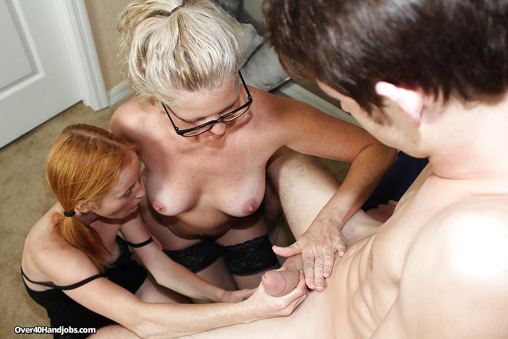 Молодожёны пригласили домой опытную соседку для тройничка 14 фото