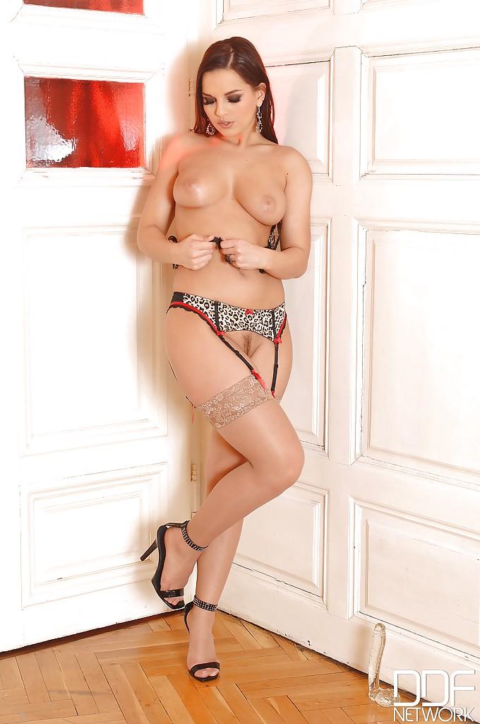 Грудастая венгерка мастурбирует дилдо в чулках сидя на полу 12 фото