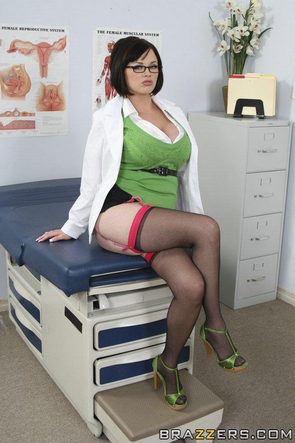 Докторша оголила большие сиськи в кабинете 3 фото