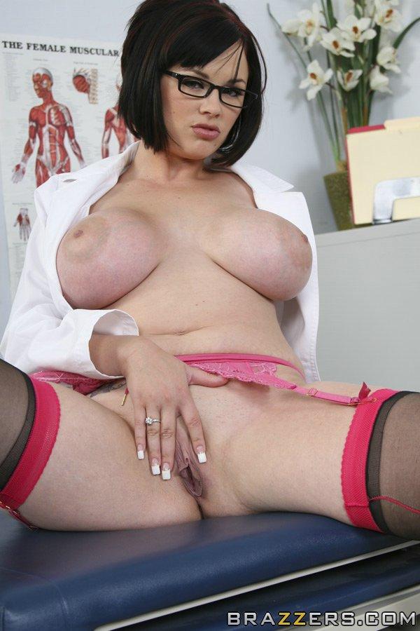 Докторша оголила большие сиськи в кабинете 14 фото