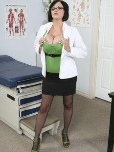 Докторша оголила большие сиськи в кабинете