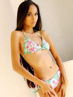 Длинноволосая азиатка позирует в сексуальном бикини