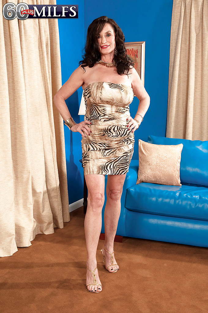 Зрелая тетка сняла платье и показала большие сиськи своему черному любовнику 1 фото