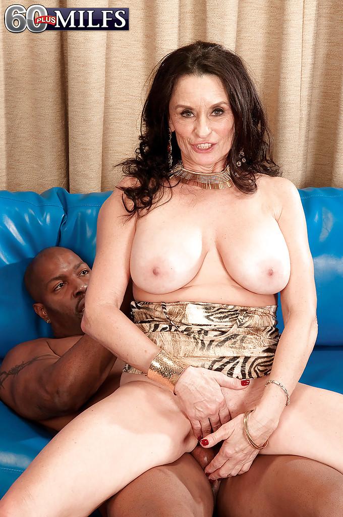 Зрелая тетка сняла платье и показала большие сиськи своему черному любовнику 13 фото