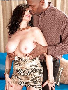 Зрелая тетка сняла платье и показала большие сиськи своему черному любовнику