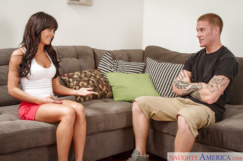 Сексуальная мамочка Rahyndee James отсасывает татуированному парню 1 фото