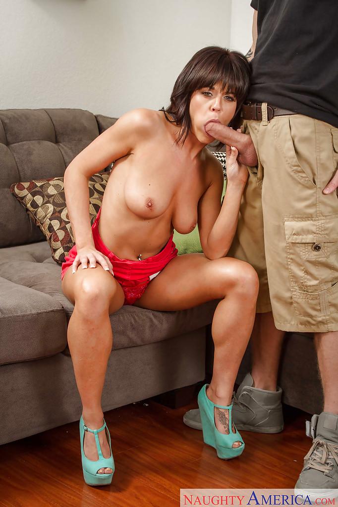 Сексуальная мамочка Rahyndee James отсасывает татуированному парню 6 фото