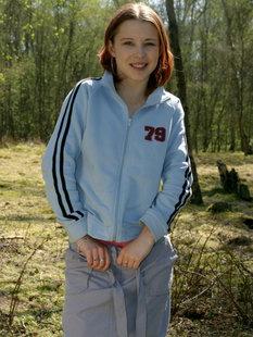 Рыжеволосую малышку друг фотографирует голой в лесу