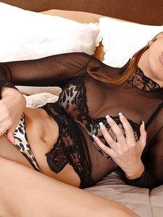 Сексуальная девица обнажает и раздвигает свою киску
