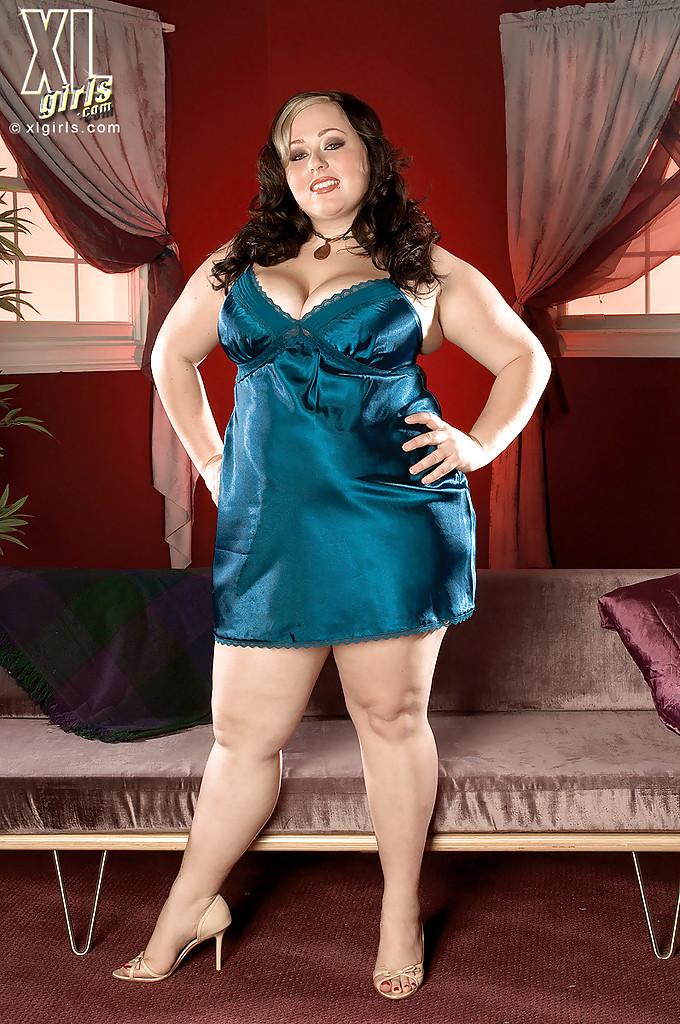 Пышная домохозяйка Jaden Suede устроила  стриптиз в спальне 1 фото