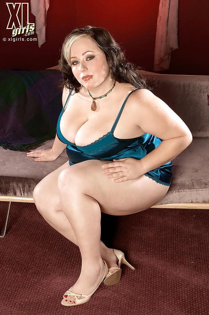 Пышная домохозяйка Jaden Suede устроила  стриптиз в спальне 4 фото