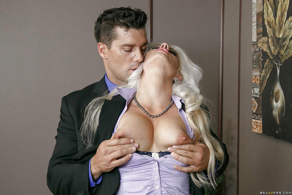 Шеф трахает грудастую секретаршу Holly Heart после совещания