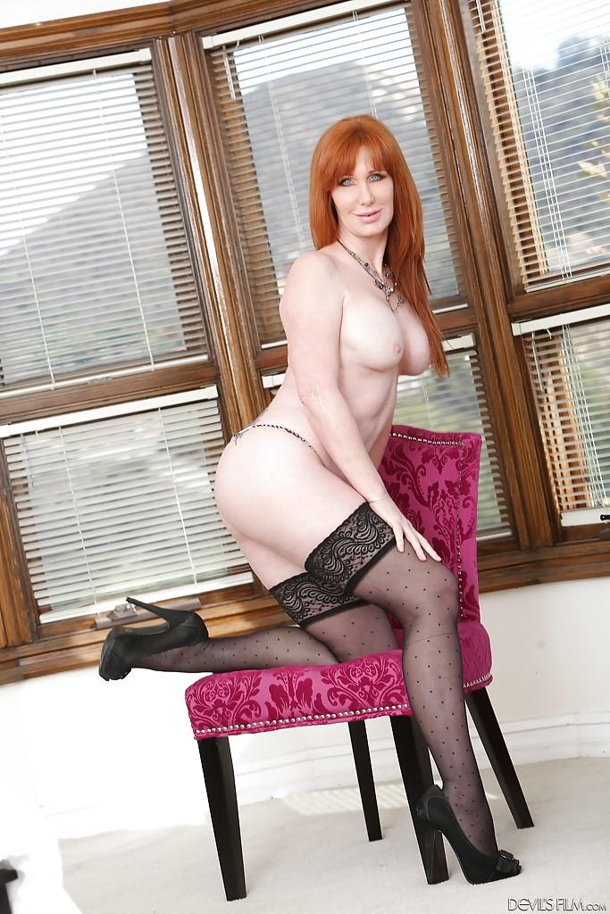 Рыжая мамаша в чёрных чулках мастурбирует на стуле и полу 6 фото