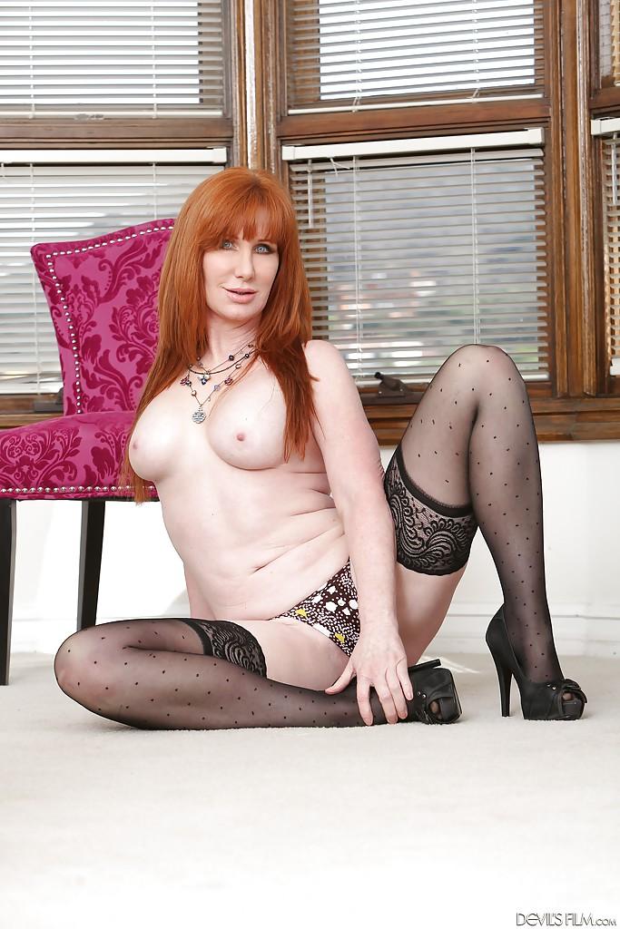 Рыжая мамаша в чёрных чулках мастурбирует на стуле и полу 8 фото