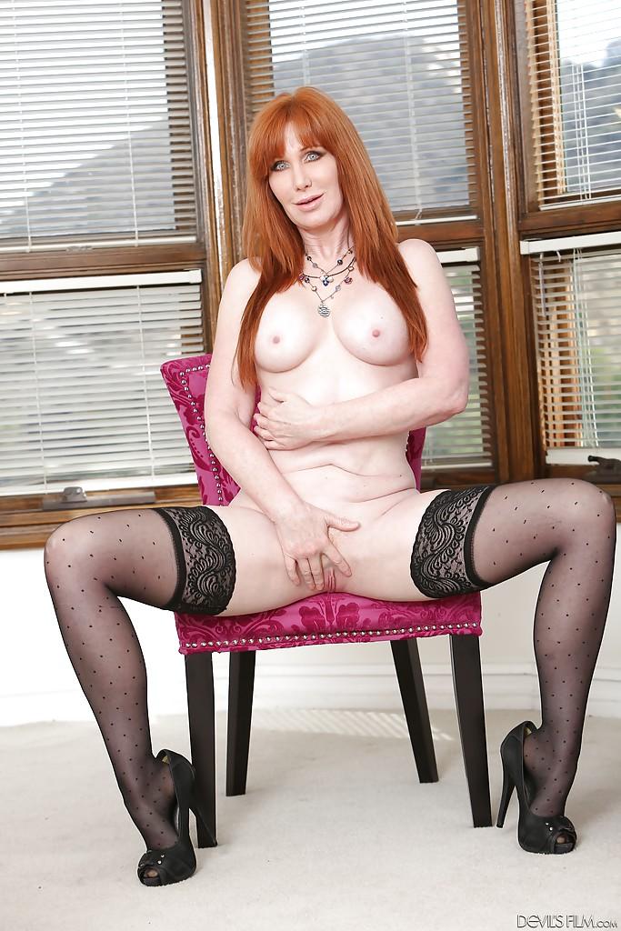 Рыжая мамаша в чёрных чулках мастурбирует на стуле и полу 12 фото