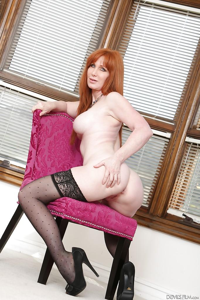 Рыжая мамаша в чёрных чулках мастурбирует на стуле и полу 14 фото