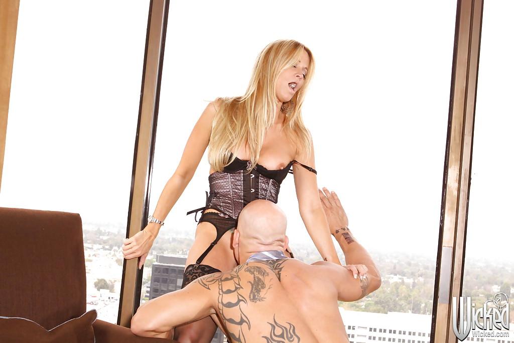 Татуированный и лысый мужик трахает Jessica Drake в корсете 9 фото