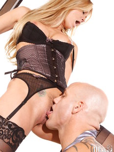 Татуированный и лысый мужик трахает Jessica Drake в корсете