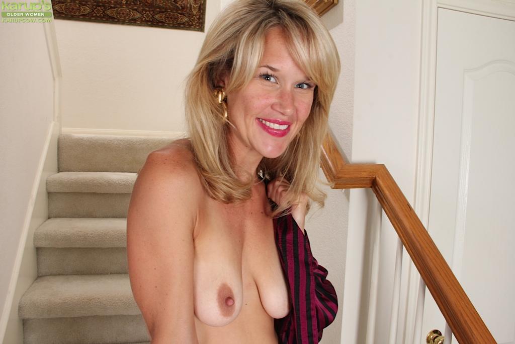 Голая домохозяйка сидит на лестнице своего дома 7 фото