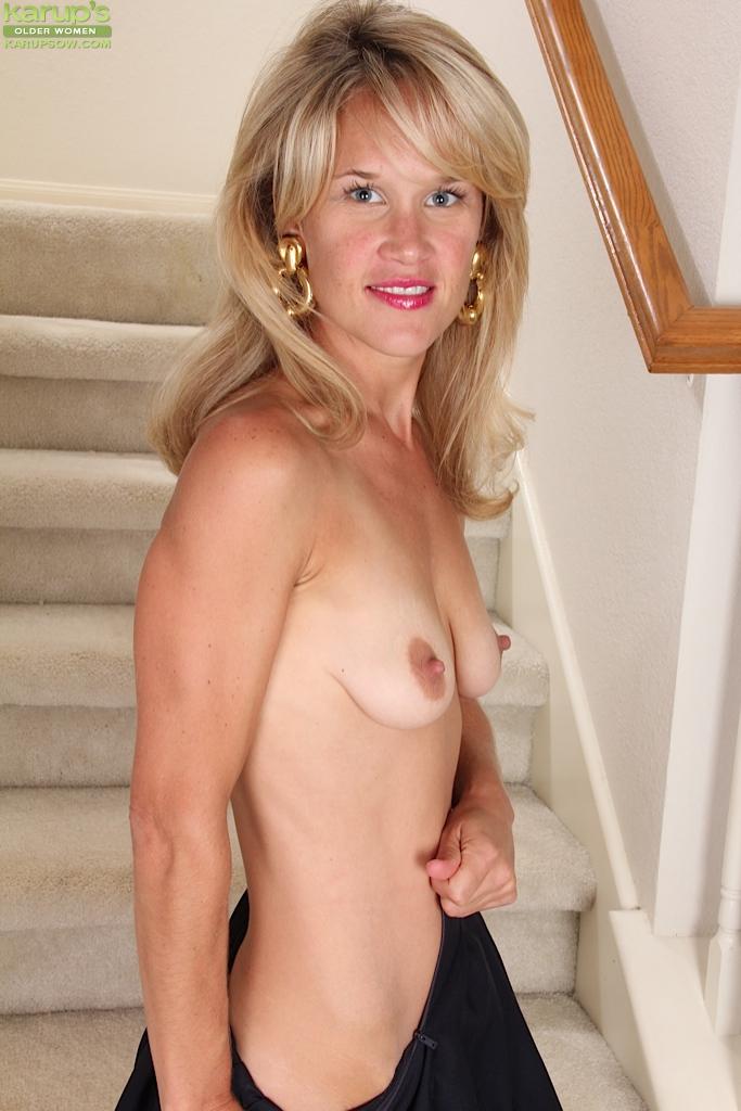 Голая домохозяйка сидит на лестнице своего дома 10 фото