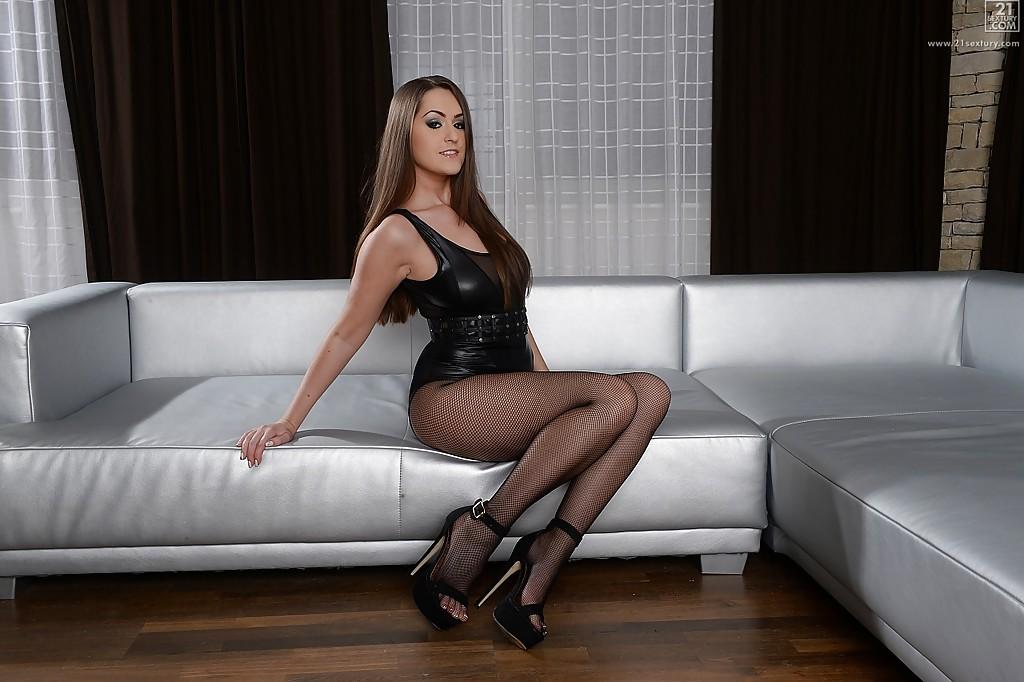 Грудастая россиянка Kendra Star раздевается у серого дивана